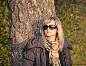 Monika przy drzewie