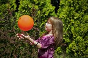 Beata bawiąca się piłką